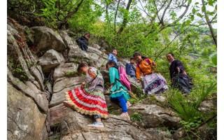 天路!贵州一小学孩子爬4里崖壁上学 教师护送31年