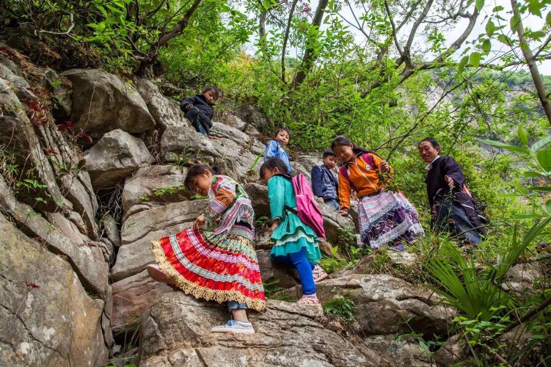 天路:贵州一小学孩子爬4里崖壁上学 教师护送31年